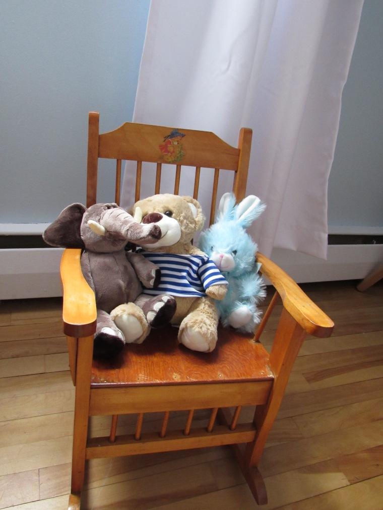 Peluches et chaise berçante